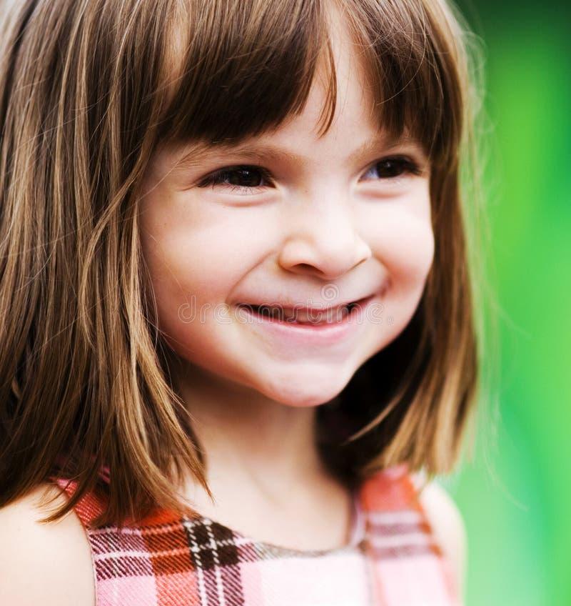 Entzückendes junges Kind, das draußen spielt lizenzfreie stockbilder