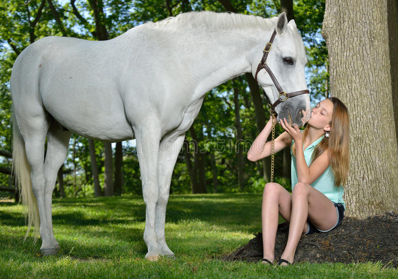 Entzückendes junges Mädchen mit ihrem Pferd stockbilder