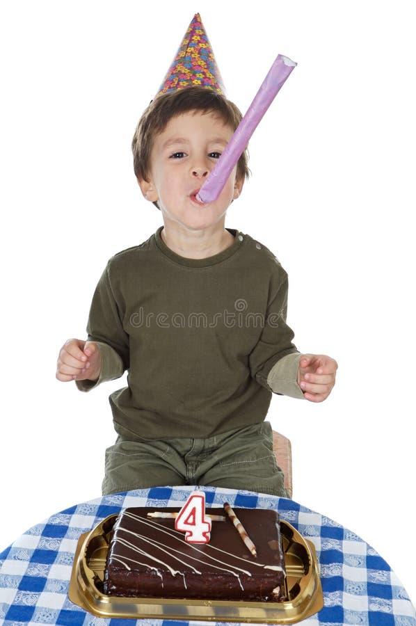 Entzückendes Kind, das seinen Geburtstag feiert stockbild