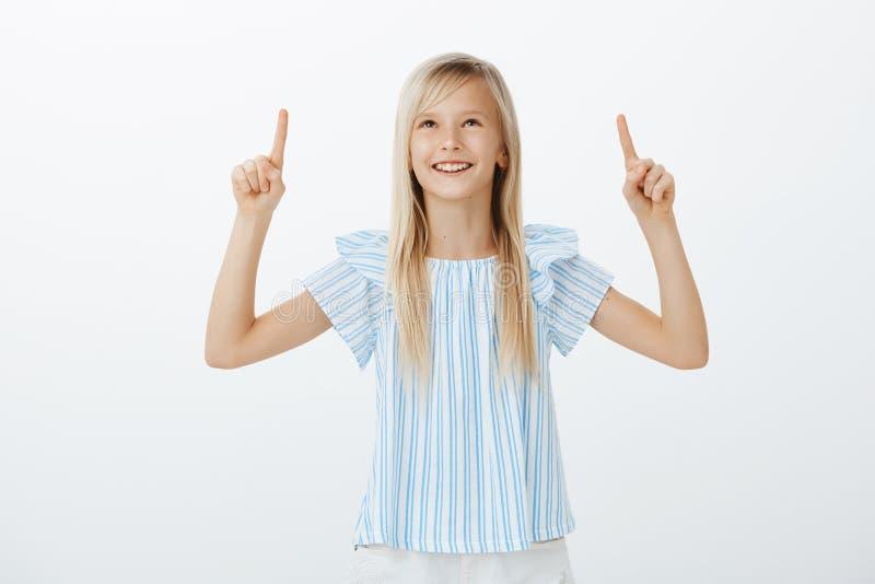 Entzückendes Kind, das Wolkenformen mit Freund bespricht Porträt des kreativen glücklichen jungen Mädchens mit dem blonden Haar,  lizenzfreie stockfotos