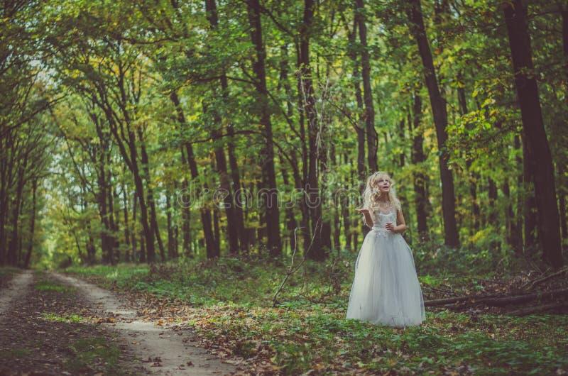 Entzückendes Kind im langen weißen Heiratskleid lizenzfreie stockfotos