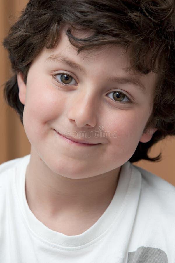 Entzückendes Kind mit dem weißen Hemdlächeln lizenzfreie stockfotografie