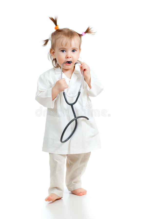 Entzückendes Kindmädchen uniformiert als Doktor lizenzfreie stockfotografie