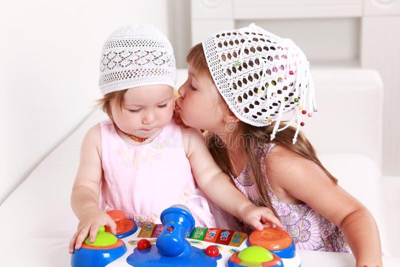 Entzückendes Kindspielen stockbilder
