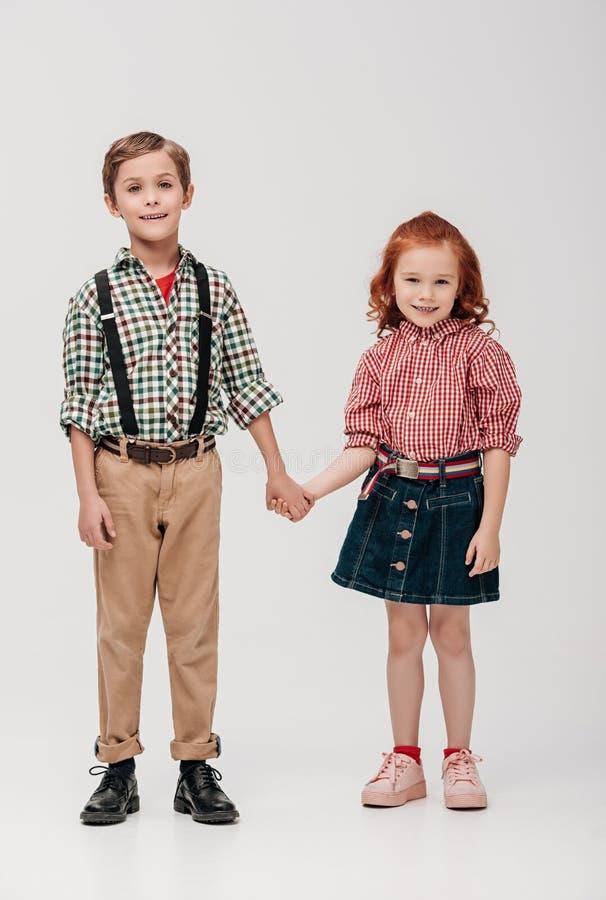 entzückendes kleine Kinderhändchenhalten und Lächeln an der Kamera lizenzfreie stockbilder