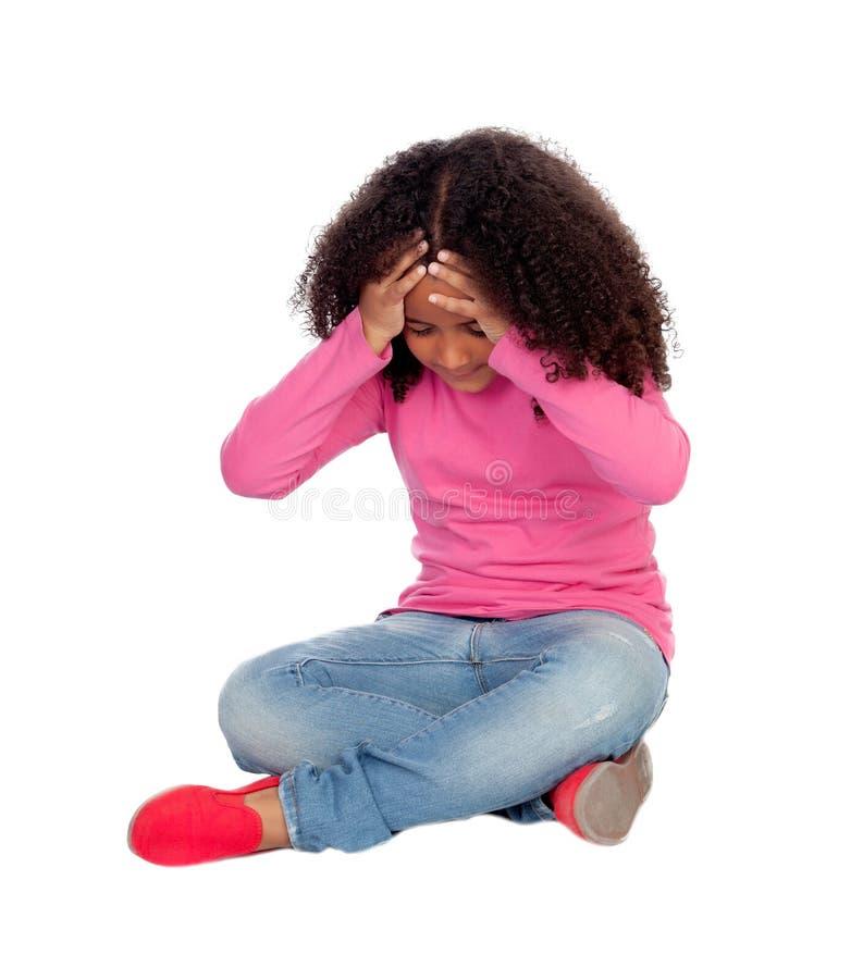 Entzückendes kleines afrikanisches Mädchen mit Kopfschmerzen lizenzfreie stockfotografie