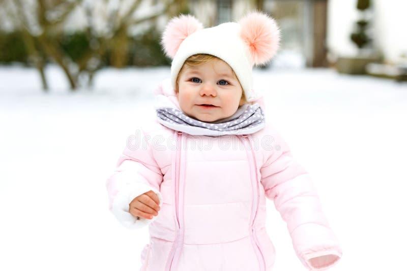 Entzückendes kleines Baby, das draußen erste Schritte im Winter macht Nettes Kleinkind, welches das Gehen lernt Kind, das Spaß au lizenzfreies stockbild