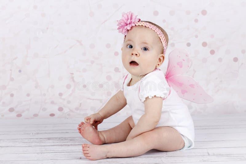 Entzückendes kleines Baby mit Schmetterlingsflügeln lizenzfreies stockfoto