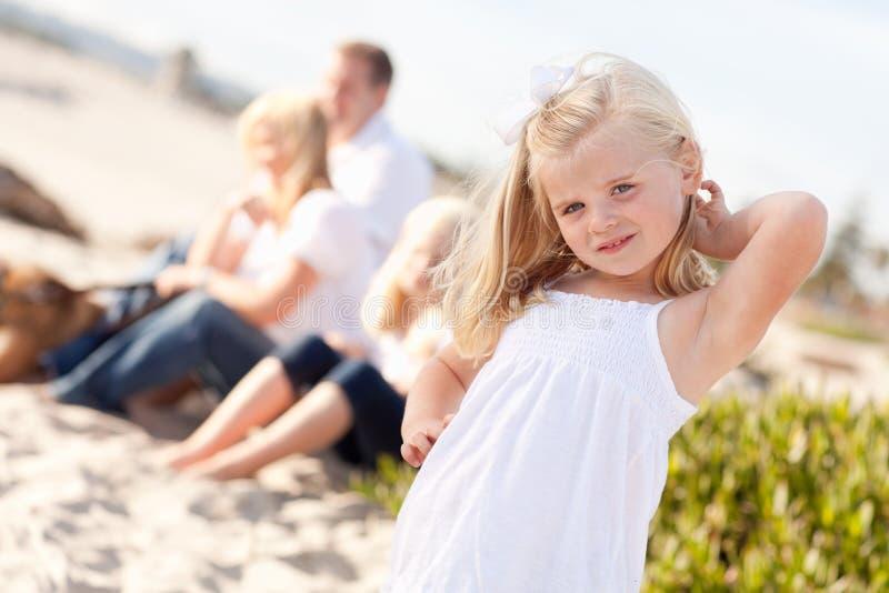 Entzückendes kleines blondes Mädchen, das Spaß am Strand hat lizenzfreie stockfotografie