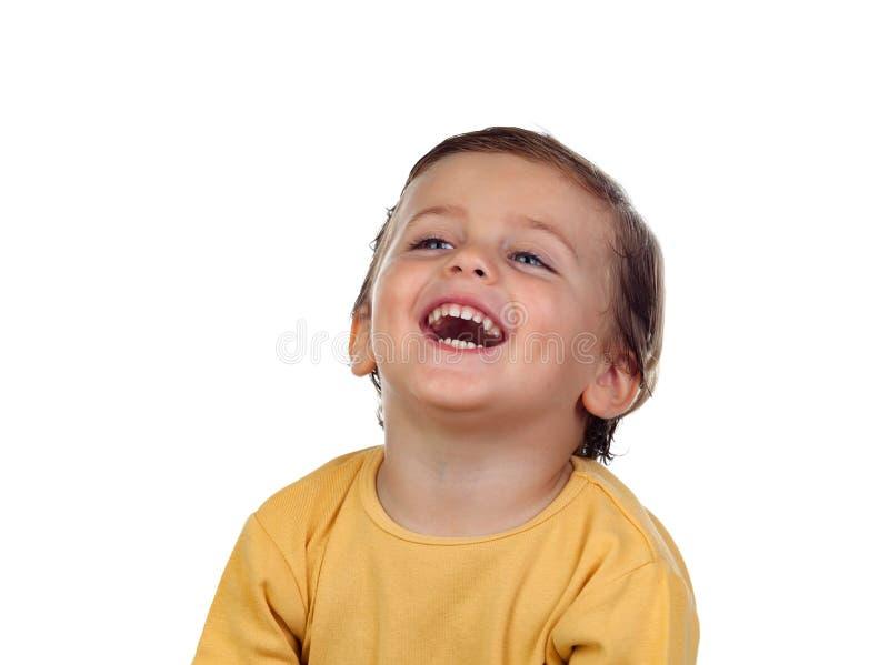 Entzückendes kleines Kind zwei Jahre alt mit gelbem T-Shirt stockfoto