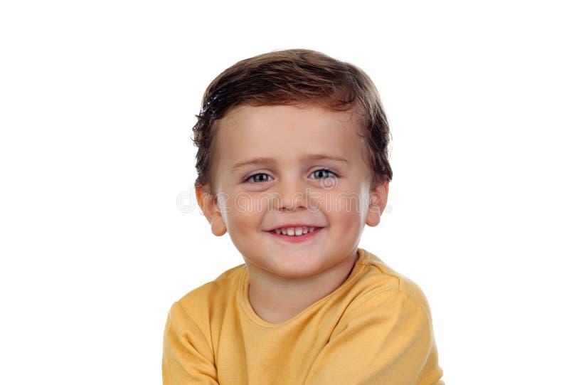 Entzückendes kleines Kind zwei Jahre alt mit gelbem T-Shirt stockbild