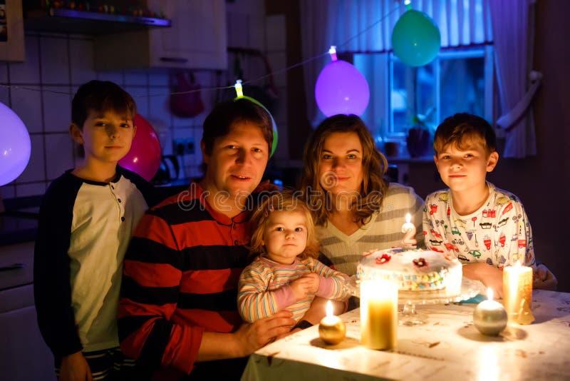 Entzückendes kleines Kleinkindmädchen, das zweiten Geburtstag feiert Babykind, zwei Kinderjungenbrüder, Mutter und Vater zusammen stockbild
