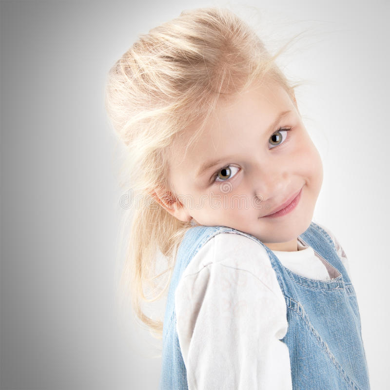 Entzückendes kleines Mädchen stockfoto