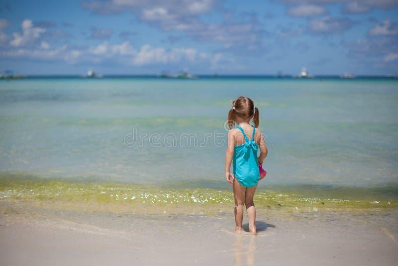 Entzückendes kleines Mädchen auf tropischen Strandferien lizenzfreies stockfoto