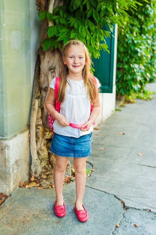 Entzückendes kleines Mädchen, das auf das stree geht lizenzfreies stockfoto