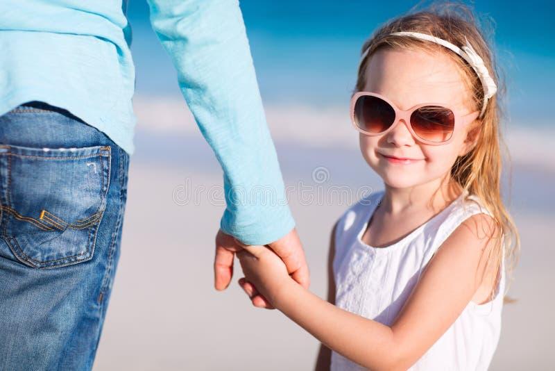 Vater und Tochter, die Hände anhalten lizenzfreie stockfotos