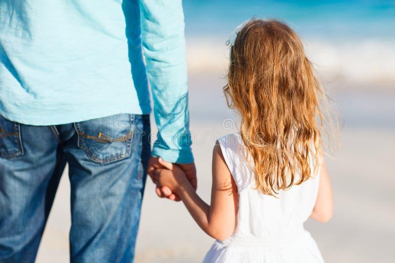 Vater und Tochter, die Hände halten lizenzfreies stockbild