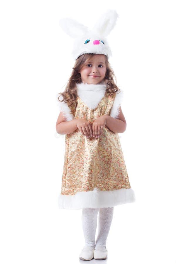 Entzückendes kleines Mädchen, das im Häschenkostüm aufwirft lizenzfreie stockfotos