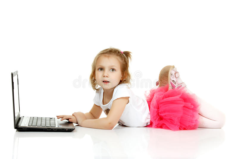 Entzückendes kleines Mädchen, das Laptop verwendet lizenzfreies stockbild