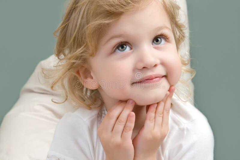Entzückendes kleines Mädchen, das oben Nahaufnahme schaut stockbild