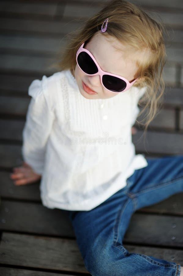 Entzückendes kleines Mädchen in der Sonnenbrille stockfotos