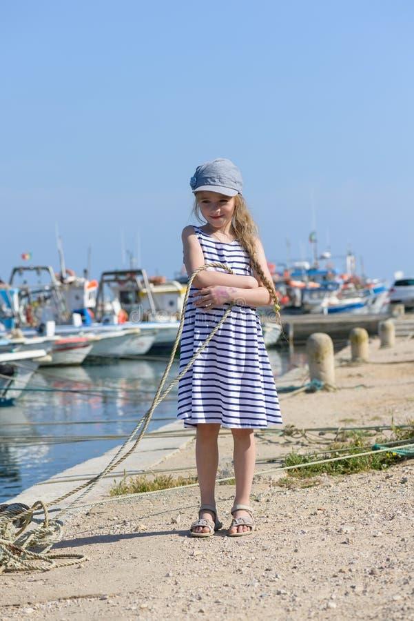 Entzückendes kleines Mädchen am Fischerdorf lizenzfreies stockfoto