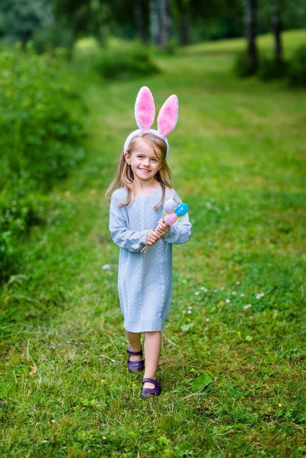 Entzückendes kleines Mädchen mit dem langen blonden Haar mit den Häschenohren stockfotos