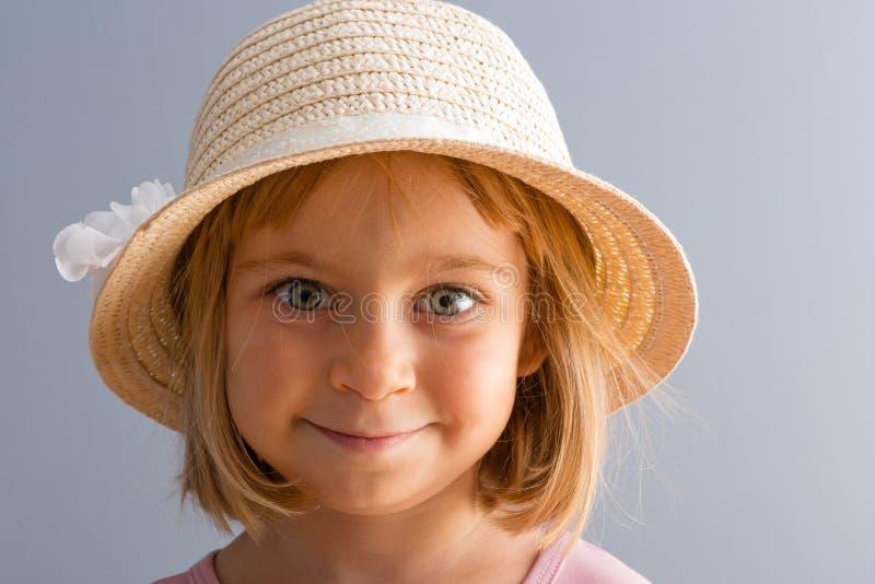 Entzückendes kleines Mädchen mit enormen grünen Augen stockfotos