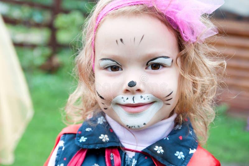 Entzückendes kleines Mädchen mit gemaltem Gesicht stockbild