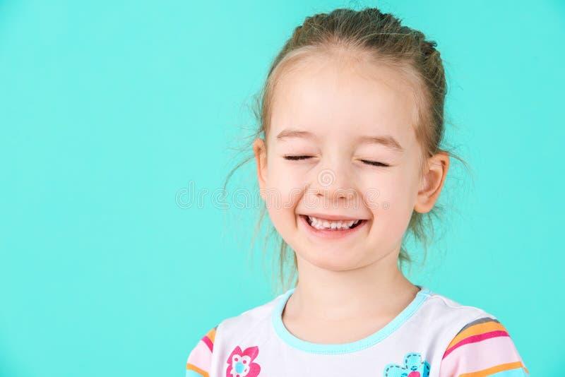 Entzückendes kleines Mädchen mit Haltung Unverschämtes Vorschüler Headshotporträt lizenzfreies stockbild