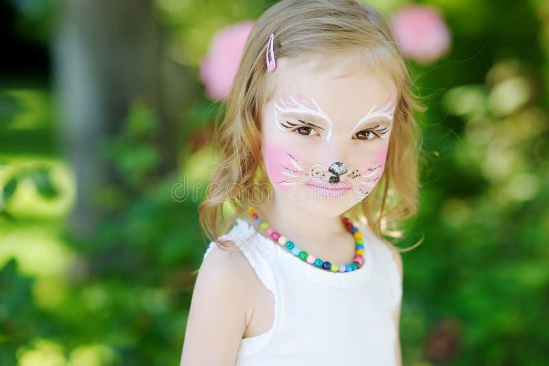 Entzückendes kleines Mädchen mit ihrem Gesicht gemalt lizenzfreies stockbild