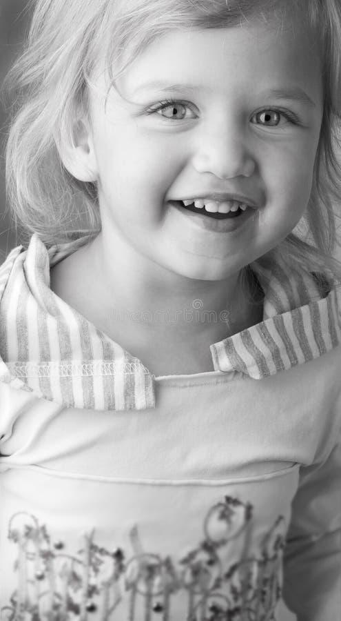 Entzückendes kleines Mädchen mit schmutziger Gesichtsnahaufnahme stockfotos