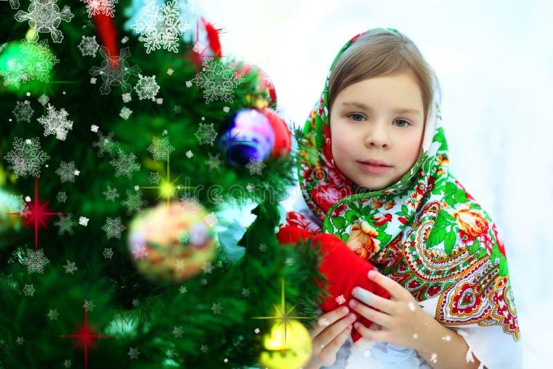 Entzückendes kleines Mädchen nahe Baum des neuen Jahres stockfotos