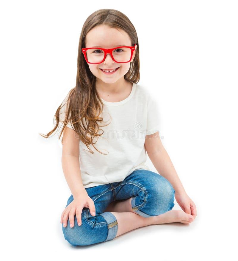 Entzückendes kleines Mädchen setzt sich hin lizenzfreie stockbilder