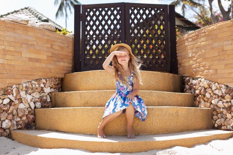 Entzückendes kleines Mädchen am tropischen Strand lizenzfreies stockfoto