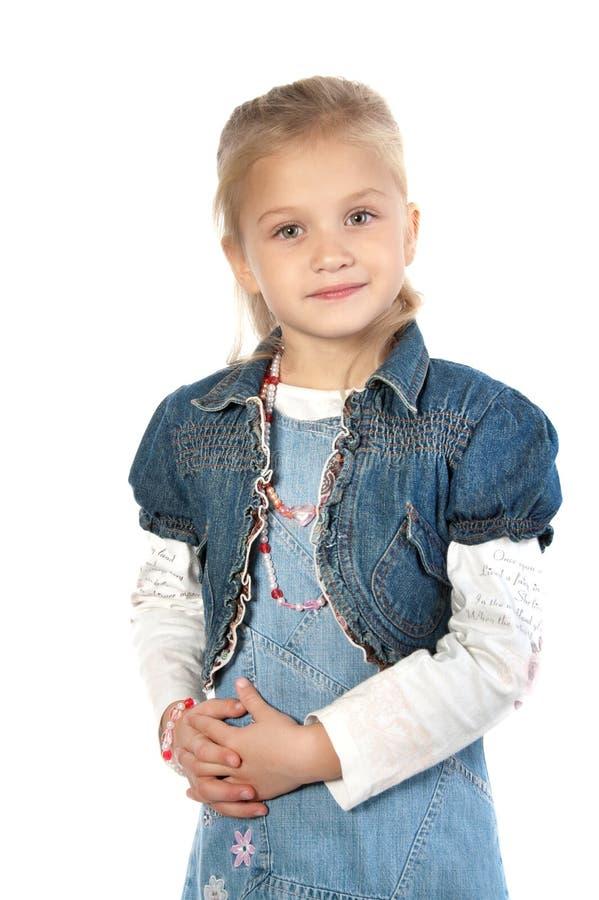 Entzückendes kleines Mädchen, welches die Kamera betrachtet lizenzfreie stockfotografie