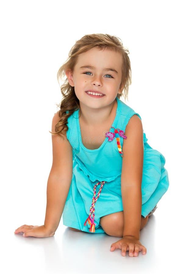 Entzückendes kleines Modemädchen mit dem schönen Haar lizenzfreies stockfoto