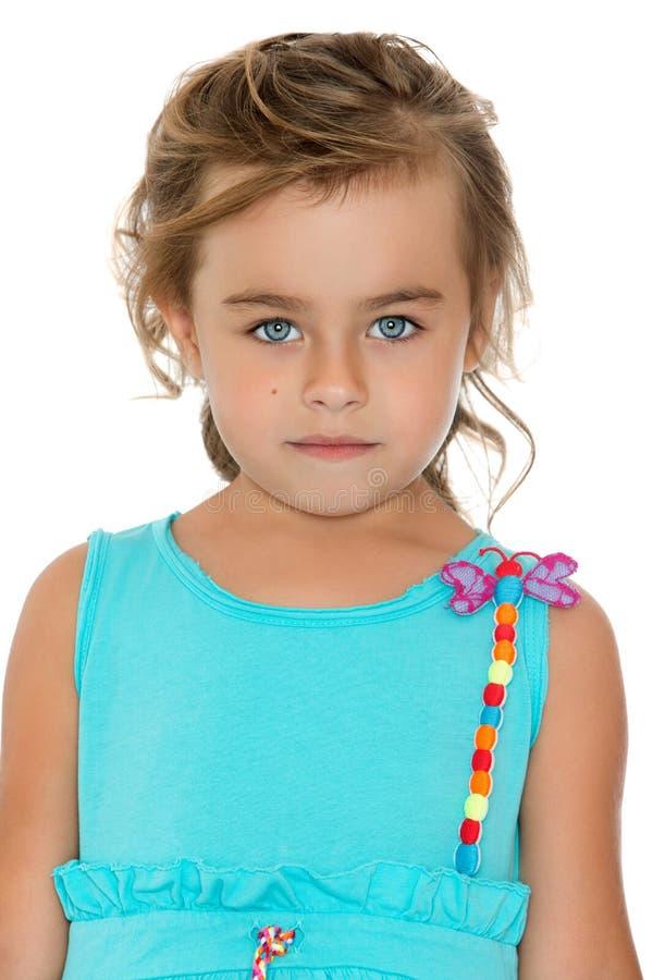 Entzückendes kleines Modemädchen mit dem schönen Haar lizenzfreie stockbilder