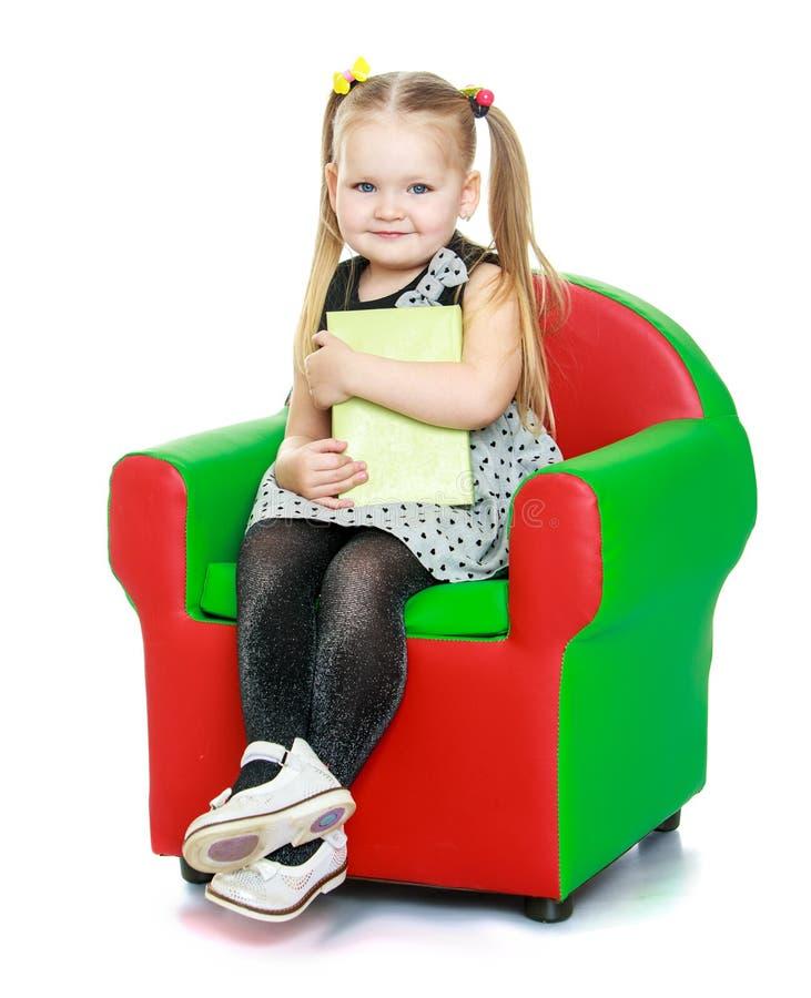 Entzückendes kleines rund-gesichtiges Mädchen mit Zöpfen an lizenzfreie stockbilder