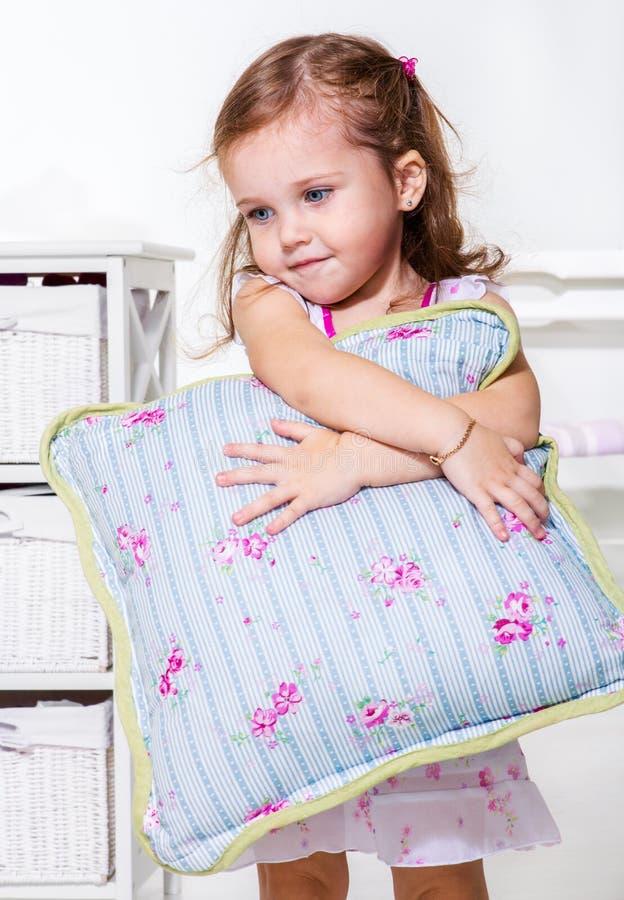 Kleinkindmädchen mit Kissen stockbilder