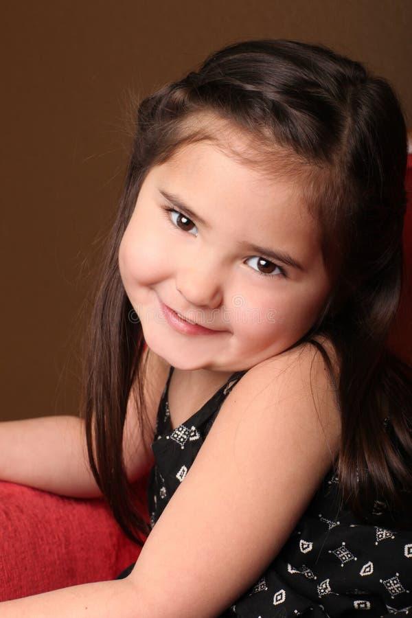 Entzückendes lächelndes junges Kind lizenzfreies stockbild