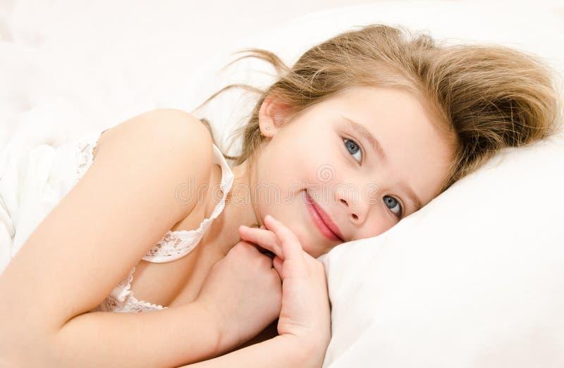 Entzückendes lächelndes kleines Mädchen oben aufgeweckt stockbilder