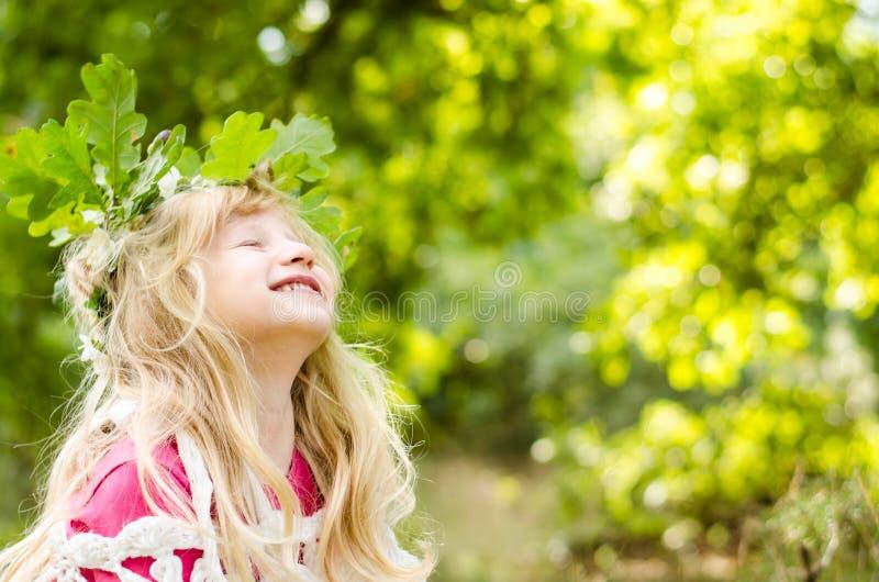 Entzückendes lächelndes Mädchen mit dem langen blonden Haar stockbild