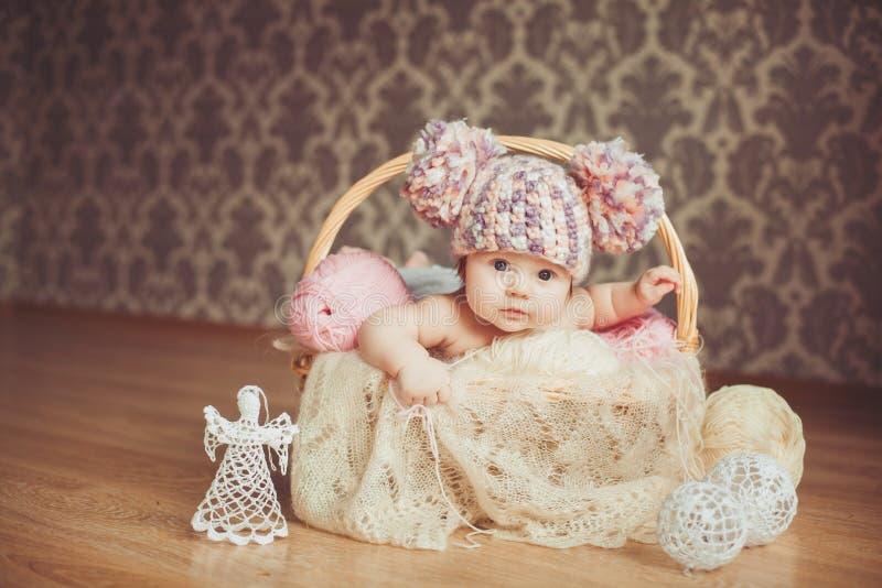 Entzückendes lächelndes neugeborenes Baby liegt im Korb stockfoto