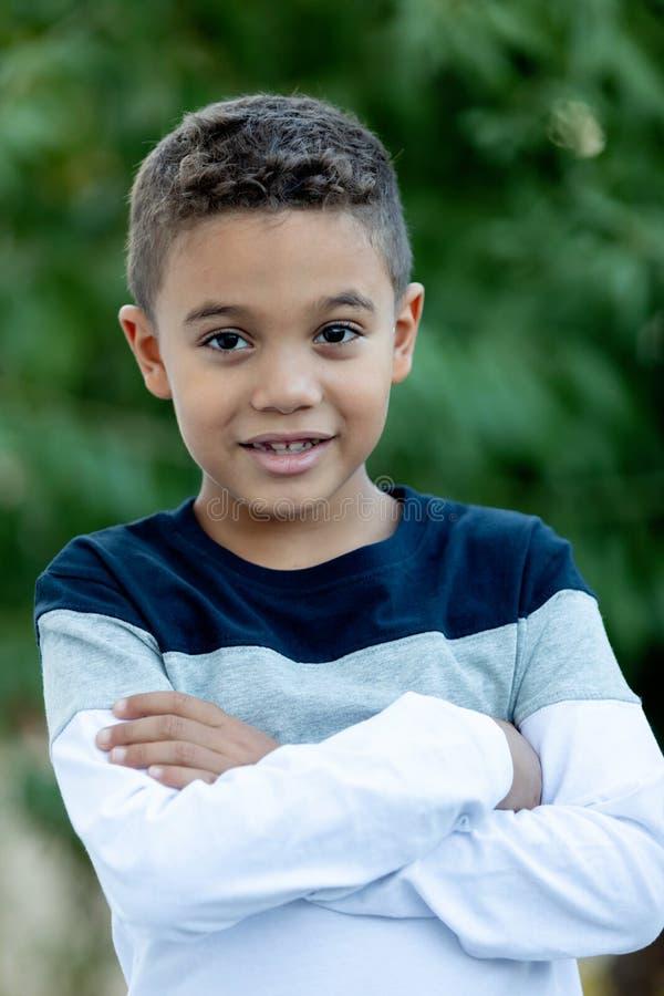 Entzückendes lateinisches Kind im Garten lizenzfreie stockfotografie
