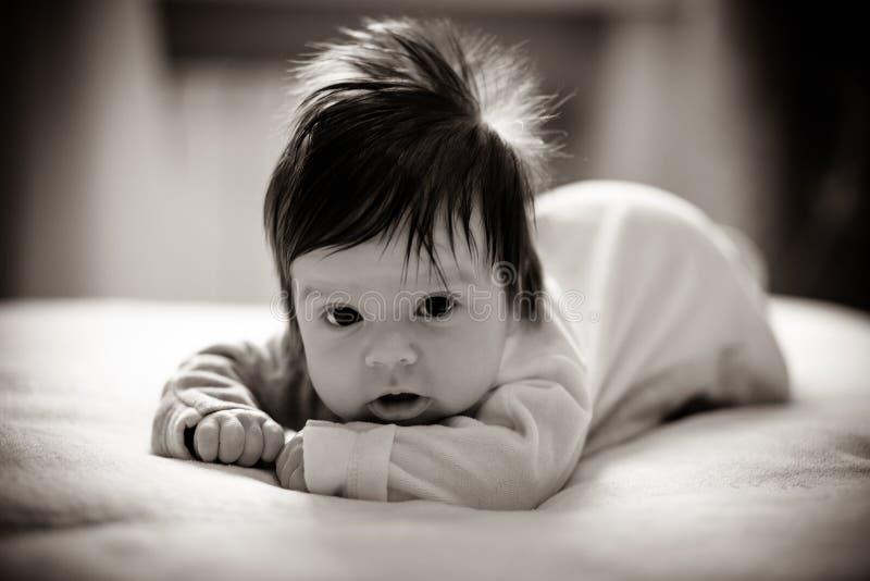 Entzückendes Mädchen auf dem Bett stockfoto