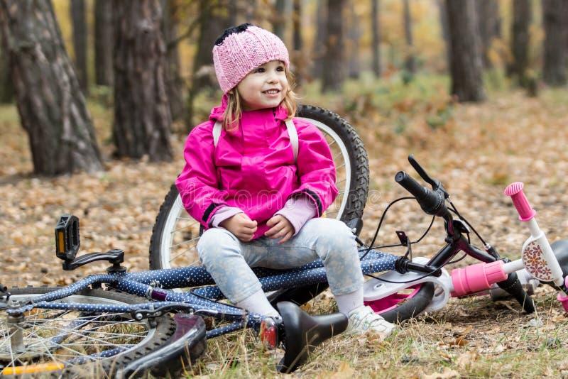 Entzückendes Mädchen, das ein Fahrrad reitet stockbild