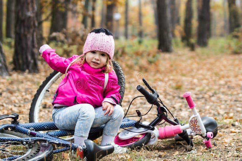 Entzückendes Mädchen, das ein Fahrrad reitet lizenzfreies stockbild