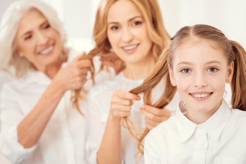 Entzückendes Mädchen, das zu Hause Familienfrisurzeit genießt lizenzfreies stockfoto