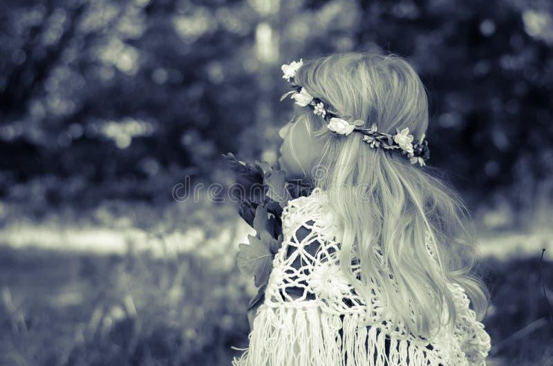 Entzückendes Mädchen mit dem langen blonden Haar lizenzfreie stockfotos